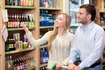 tiendas de comida: Pareja joven en la tienda