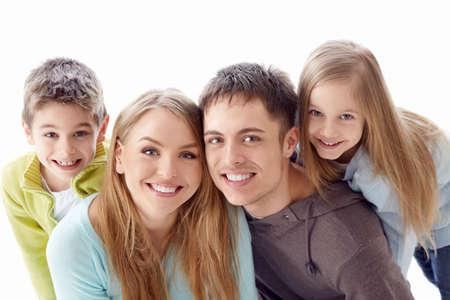 Rodina s dětmi na bílém pozadí