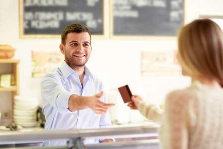 Wman avec une carte de crédit dans le compteur