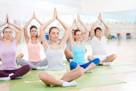 Mladí lidé, kteří praktikují jógu