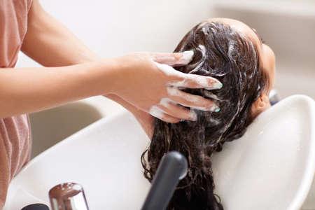 Mytí vlasů v holičství
