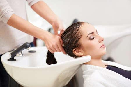 Chica joven en una barbería