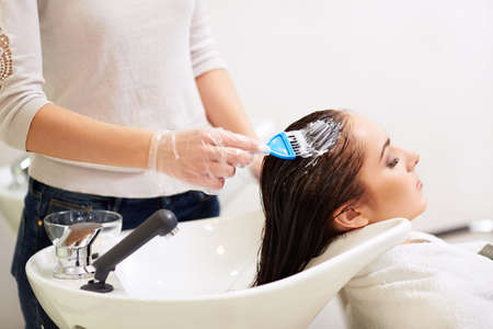 tinte cabello: Chica joven en una barbería