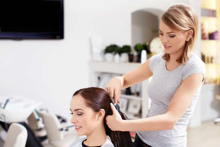 hair brush: Hairdresser makes hairstyle at the beauty