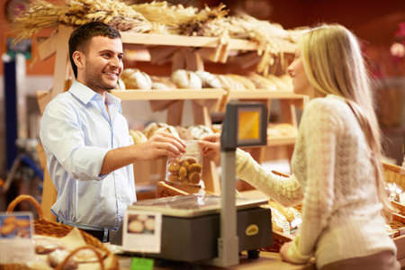 magasin: Jeune fille dans une boulangerie