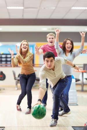 Mladý muž hraje bowling