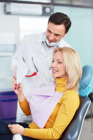 Stomatolog s pacientem v kanceláři Reklamní fotografie