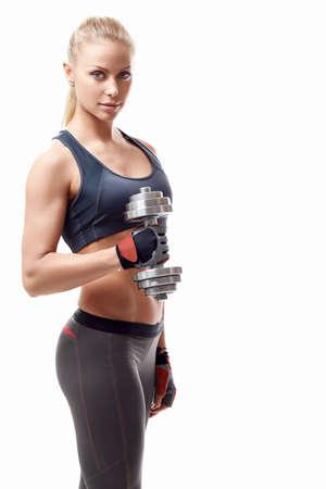 Sportovní dívka s činkami na bílém pozadí