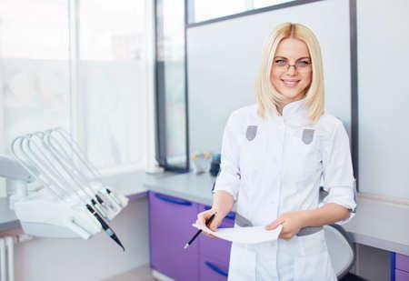 uniformes de oficina: Joven m�dico en una cl�nica dental