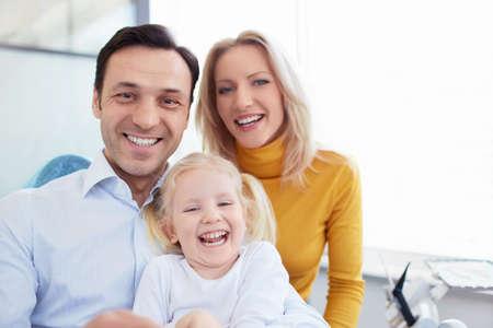 Lachende familie in een tandheelkundige kliniek Stockfoto