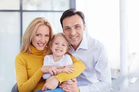 Šťastná rodina v lékařské klinice Reklamní fotografie