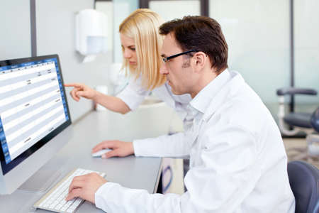 Lidé v uniformě v laboratoři Reklamní fotografie