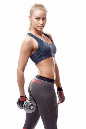 Athletic ragazza con manubri su uno sfondo bianco