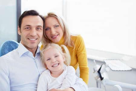 Familia sonriente en una cl?nica dental Foto de archivo