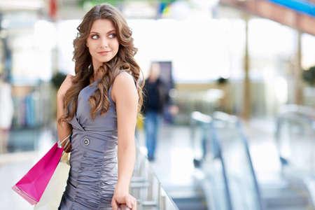 Mladá atraktivní dívka s vaky Reklamní fotografie