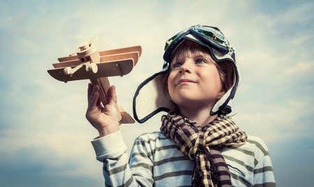 juguetes de madera: Piloto con el aeroplano sobre un fondo de cielo