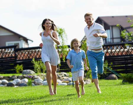 house: Mensen loopt op een grasveld bij het huis