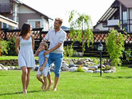 Familles avec un enfant sur une pelouse Banque d'images - 22349926