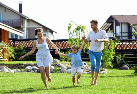 Famille heureuse avec un enfant de la maison Banque d'images