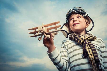 Malý chlapec s dřevěným letadlem Reklamní fotografie