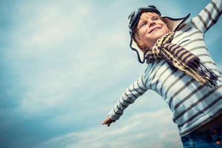 Šťastné dítě v helmu a brýle Reklamní fotografie