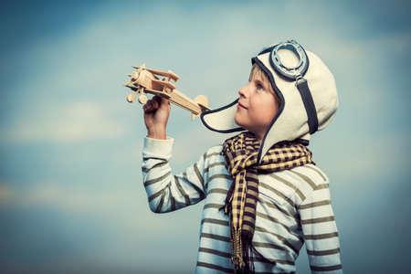 dream: Malý chlapec s dřevěným letadlem Reklamní fotografie