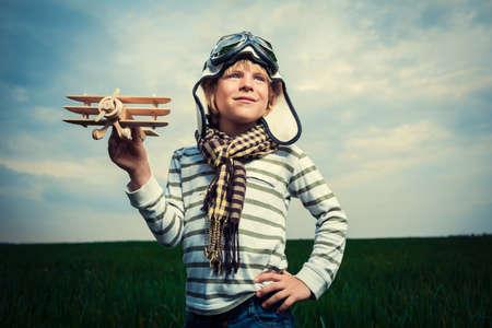 Malý chlapec s hračkou v oblasti
