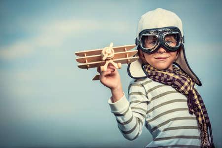 Chlapec v přilbě a brýle s letadlem