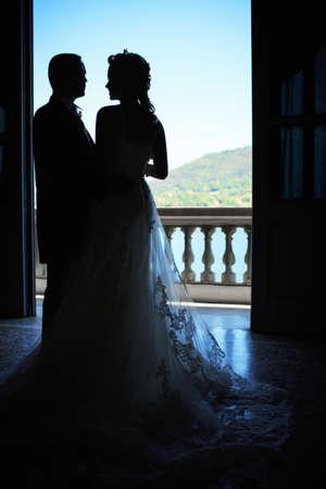 honeymooners: Reci�n casados ??felices jovenes en el balc�n