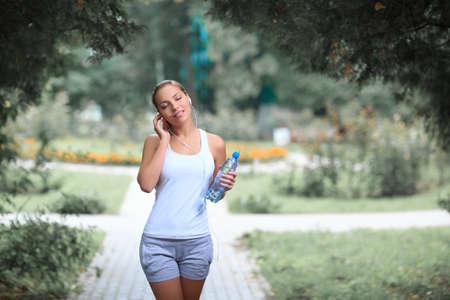mujer deportista: Atleta de sexo femenino joven en el parque