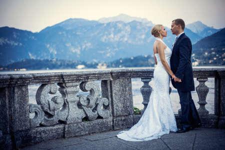 Pareja de recién casados ??al aire libre