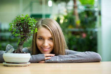 盆栽を持つ美しい少女