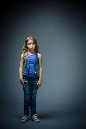 petite fille triste: Petite fille triste dans le studio