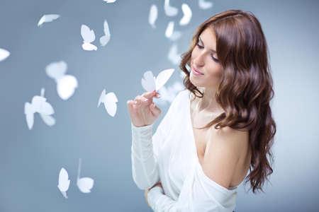 donna farfalla: Bella ragazza con farfalle in studio Archivio Fotografico
