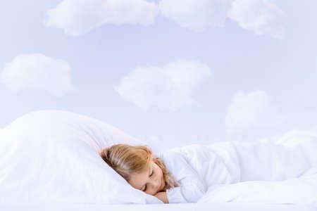 enfant qui dort: Petite fille dormir dans la chambre Banque d'images