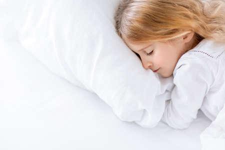 jolie petite fille: Petite fille dormir dans la chambre Banque d'images