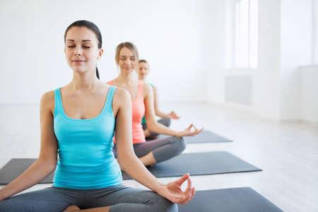 Jeune fille à des cours de yoga Banque d'images