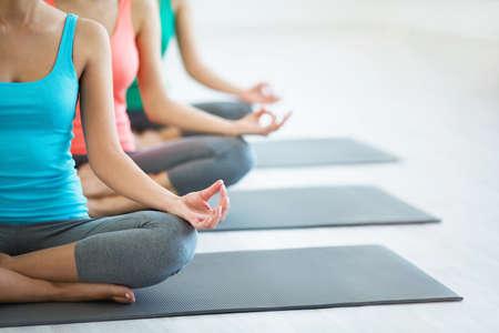 Les jeunes filles font du yoga intérieur Banque d'images