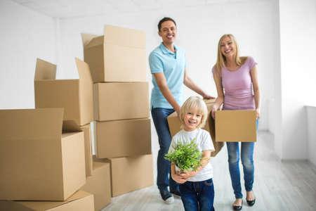 Jeune famille avec un enfant à la maison