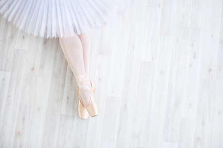 ballet dancer: Bailarina en pointe en estudio Foto de archivo