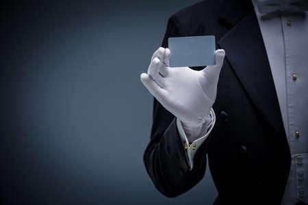Человек в смокинге с кредитной картой