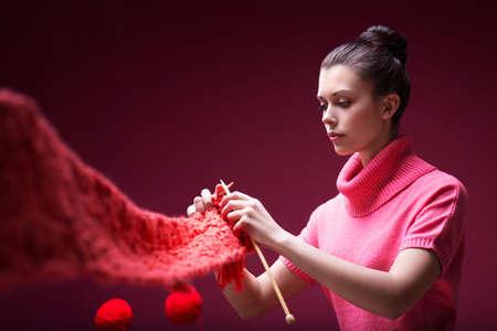 Jong meisje breit een sjaal