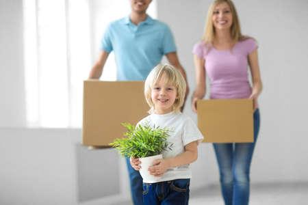 Famille avec boîtes à la maison Banque d'images - 31530876