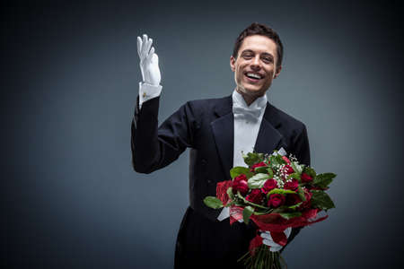 rosas negras: Hombre joven en un esmoquin con un ramo