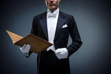 Junger Mann in einem Smoking mit Ordner Standard-Bild