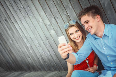 Young couple doing selfie Imagens