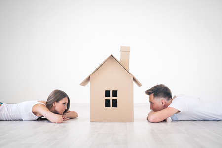 自宅で若いカップルを空想 写真素材