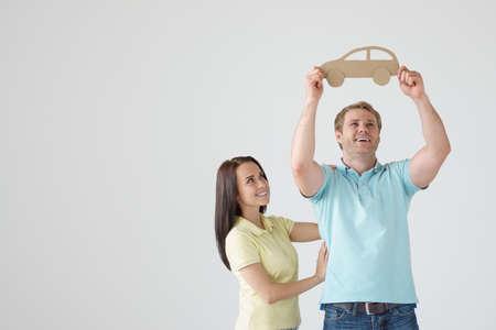 dream car: Pareja joven con el coche de cartón