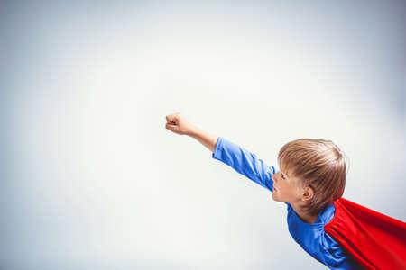 niños vistiendose: Volar niño pequeño en el estudio