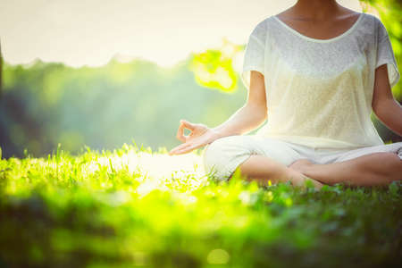 Yoga dans le parc Banque d'images - 35873947